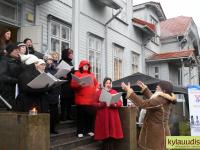 Pärnu Oikumeeniline Naiskoor Ester Murrandi juhatusel laulab Raeküla Vanakooli keskuse trepil tänase jõulujumalateenistuse lõpulaulu. Foto: Urmas Saard / Külauudised