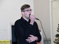 Gert Gentalen, Pärnu Y-klubi liige, soolokavaga Raeküla vanakooli laval. Foto: Urmas Saard / Külauudised