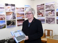 """Helen Parmen tutvustab Sindi muuseumis oma isikunäitust """"Paisust kärestikuni"""". Foto: Urmas Saard / Külauudised"""