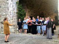 Lagedi koor Hiiumaal Käina kiriku õues. Foto: Lagedi segakoor