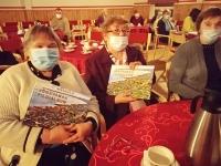 Sadala kogukonna liikmed Jõgeva lionsklubi kingitud raamatuga. Foto: Jaan Lukas