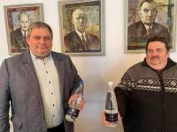 """Lionsklubi Tartu Tamme esindaja Andrus Kõre ja Jaan-Ivo Lukas Jõgeva lionsklubist ja """"Kuninglik vesi """". Foto: Vahur Kukk"""