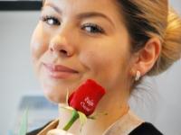 006 Helena Kerstina Tintse trükib lilleõiele kauni soovi. Foto: Urmas Saard