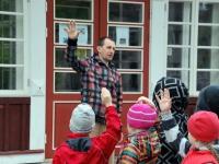 Mart Nõmm räägib Sindi lasteaia lastele sellest, mis 4. juunil toimuma hakkab