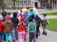 Sindi lasteaia lapsed lahkuvad noortekeskuse eest