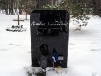 001 Lipu seltsi liikmed Stockholmi Metsakalmistul. Foto: Uudo Kasuk