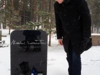 003 Lipu seltsi liikmed Stockholmi Metsakalmistul. Foto: Uudo Kasuk