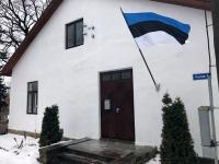 Lipp Põltsamaal Kalda tänaval, perioodil 1750-1800 ehitatud maja ees. Praegune Põltsamaa vallavanem Andres Vääni kodu. Foto: Jaan Lukas