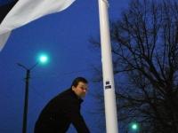 003 Lipuheiskamine Sindi seltsimaja juures. Foto: Urmas Saard