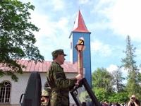 46 Võidutulega Kärdla kiriku juures
