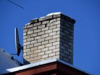 Kauplus-elamu korsten Sindis Raudtee tänaval. Foto: Urmas Saard / Külauudised