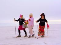 Sõbrannad (paremalt) Laidi Zalekešina, Anu Ots ja Aive Tamm naistepäeva suusasõidul Mustvees Peipsi järvel 6. märtsil 2021. Foto: Laura Tehvan