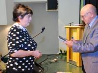 008 Mari Suurväli kingib Valter Parvele raamatu mälestuseks meeldiva loengu eest. Foto: Urmas Saard