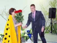 Hele-Riin Verlinit õnnitleb Pärnu maavanem Kalev Kaljuste