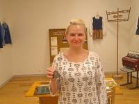 SA Kalevipoja Koja juhataja Annika Oras Saare kooli ajalugu tutvustaval näitusel. Foto: Jaan Lukas