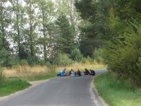 015 Kihnu Virve Mere pidu keset asfalti - puhkepaus teel sadamasse. Foto Tiia Reiksaar