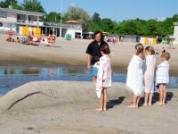 013 Rait Pärg juubelipäeval Pärnu rannas liivaskulptuuride keskel. Foto Urmas Saard