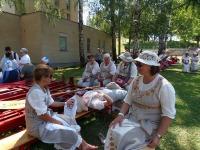 Rakke naiskoori lauljad puhkehetkel Tartus vaimulikul laulupeol. Foto: Rene Põllumaa