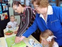 Kiki Pärnpuu ja Heidi Vellend lõikavad muuseumi sünnipäeva torti