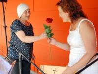 015 Liivia kingib Ülle Jantsonile roosi