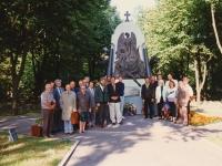 ESHL asutajad Pärnu Garnisoni kalmistul. Foto Eesti Sõjahaudade Hoolde Liidu arhiivist