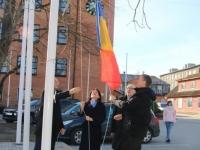 003 Rumeenia lipu heiskamine Jõgeva vallavalitsuse hoone ees. Foto Jõgeva vallavalitsus