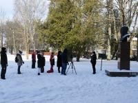 Sindi gümnaasium teeb videosalvestust riigi 103. sünnipäeva tähistamisest. Foto: Urmas Saard / Külauudised