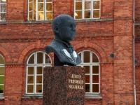 Julius Friedrich Seljamaa monument Sindi gümnaasiumi esisel. Foto: Urmas Saard / Külauudised