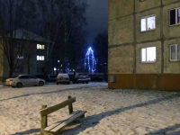 004 Sindi jõulupuu korrusmajade vahel. Foto: Urmas Saard
