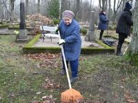 003 Sindi naised korrastavad viljelooliselt mälestusväärseid kalmusid. Foto: Urmas Saard
