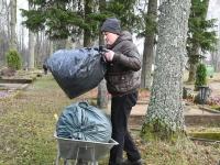 013 Sindi naised korrastavad viljelooliselt mälestusväärseid kalmusid. Foto: Urmas Saard