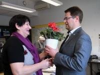 003 Juta Velleste kingib Marko Šorinile lillepoti.Sindi Naisliit Pärnu linnavalitsuses. Foto: Urmas Saard