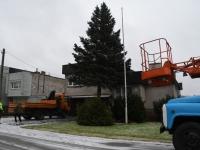 001 Sindi sotsiaalkeskuse ette toodi jõulupuu. Foto: Urmas Saard