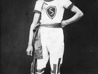 """Oskar Kask """"Sõpruse"""" dressides: roheliste ääristega valge särk ja püksid ning rinnal roheline kilbikujuline märk, mille keskel must-valge S-täht. Foto Marko Šorini erakogust"""