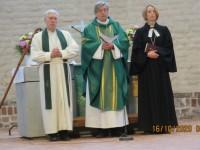 Piiskop Joel Luhamets altari ees kõnelemas, praost Ants Tooming ja Jaani koguduse õpetaja Triin Käpp tema kõrval. Foto: Erwin Pari