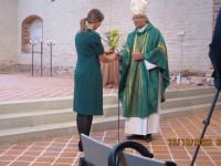 Piiskop Joel Luhamets lilli vastu võtmas Foto: Erwin Pari