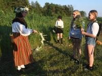 Marina Mesipuu-Rhun, Raeküla Vanakooli keskuse arendusspetsialist, õpetab pärgade punumist. Foto: Urmas Saard : Külauudised