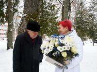 Kalju Tamm ja Pipi-Liis Siemann, Tartu rahu 101. aastapäeva mälestushetk Türi kesklinna kalmistul. Foto: Urmas Saard / Külauudised