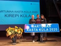 Kirepi kogukonnaelu edendajad Triin Ivask , Katri Jürsioo ja Marju Jõuks Tartumaa Aasta küla tunnustust vastu võtmas. Foto: Tiit Hellenurm