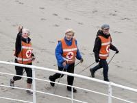 Tervislikult kõndijad Pärnu rannaliival. Foto: Urmas Saard / Külauudised