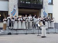 Türi Koor kodulinnas laulupeotule tulemist tervitamas. Foto: Türi Koor