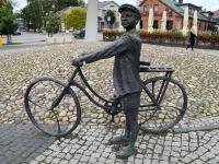 """2021. aasta Vaba Rahva Laulu linn Rakvere, mille keskväljakut kaunistab Arvo Pärdile pühendatud skulptuurigrupp """"Noormees jalgrattal muusikat kuulamas"""". Foto: Urmas Saard / Külauudised"""