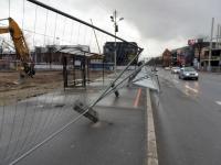002 Tuule tegu Pärnu bussijaamas. Foto: Urmas Saard