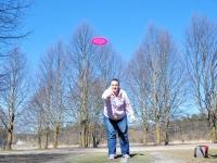 003 Ülle Miil harjutab discgolfi. Foto: Urmas Saard