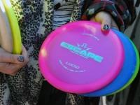 005 Ülle Miil harjutab discgolfi. Foto: Urmas Saard