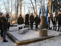 001 Vabadussõja 100. aastapäeva hommikul Sindi Vanal kalmistul. Foto: Urmas Saard