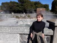 Tiina Laurisson Uus-Meremaal kuumaveeallika juures. Foto: Vooremaa Viburada