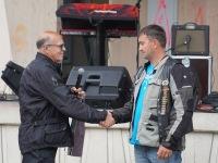 Jõgeva abivallavanem Viktor Svjatõšev õnnitleb MC Jõgeva presidenti Eigo Elissoni 30. Jõgevatreffi toimumise puhul. Foto: Marge Tasur