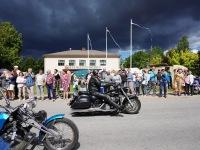 Mootorratturid ja kaasaelajad Jõgeva kultuurikeskuse ees. Foto: Marge Tasur
