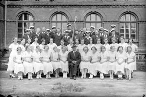 Õpetaja Emil-Alfred Paigaline EELK Sindi koguduse lauljatega Sindi koolimaja õuel Foto Sindi muuseumi arhiivist